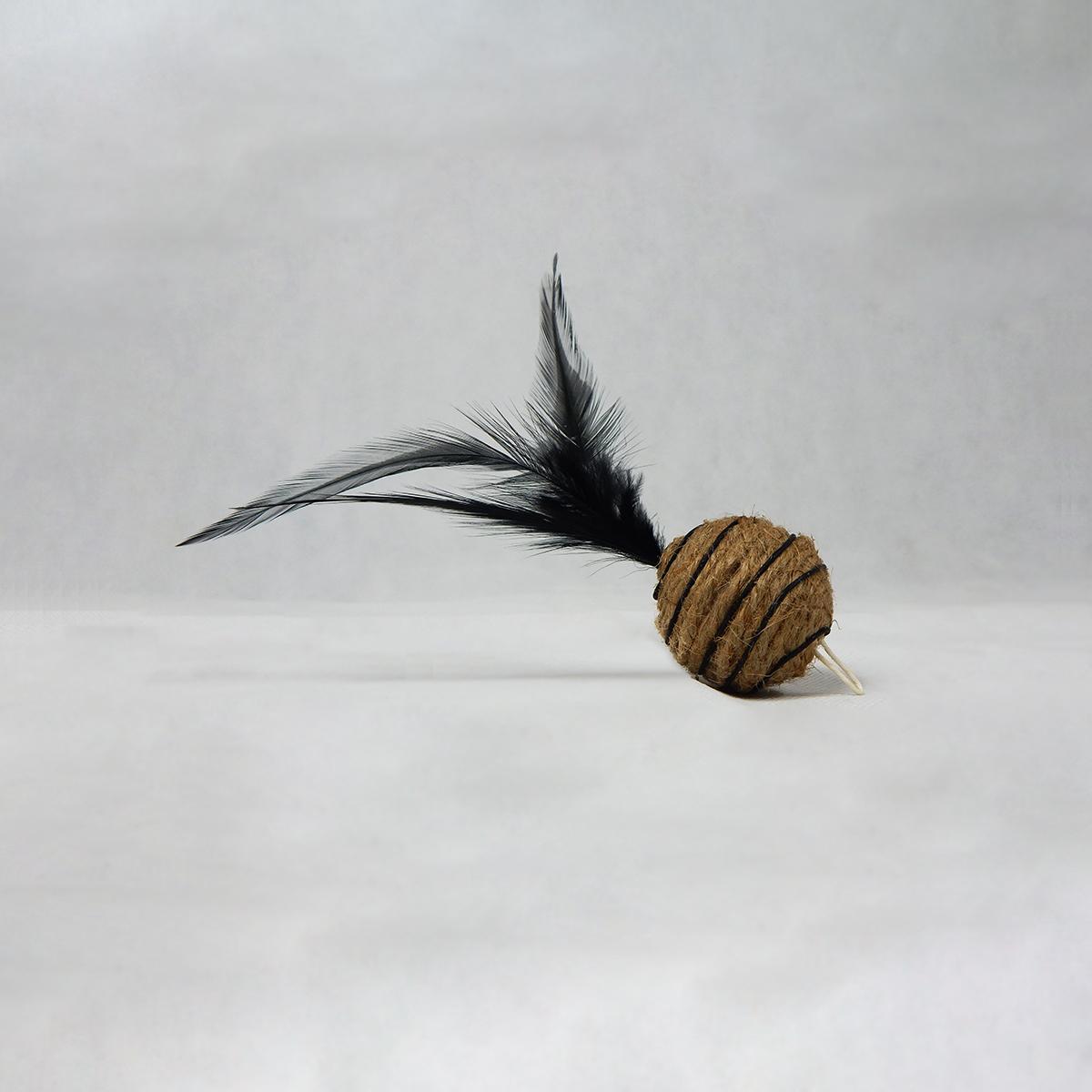 Gioco per gatti con bastoncino e pallina piumata nera